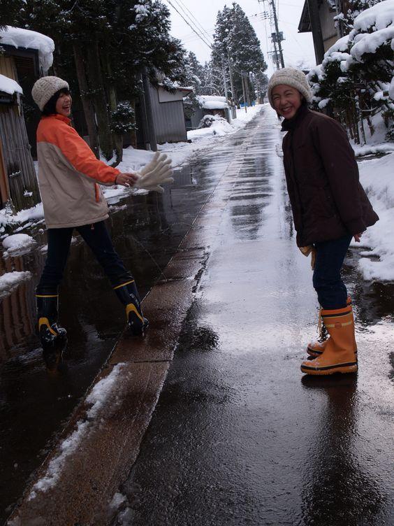 in山形!雪にはしゃいでたな〜。雪を溶かす水が出てるところを踏んで遊んでた。