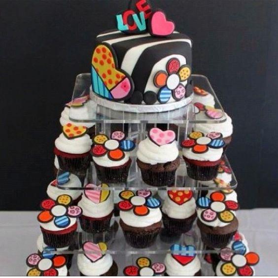 Queque pequeño arriba y cupcakes