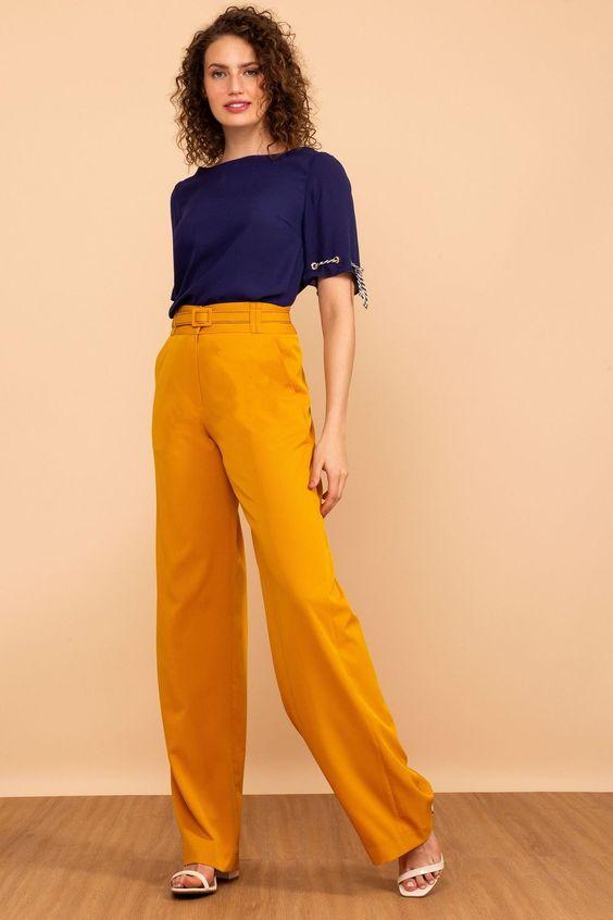 Calça de alfaiataria amarela e blusa azul marinho. Combinação clássica e chique!