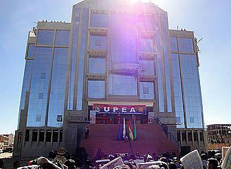 El edificio Emblemático de la Universidad Pública de El Alto (UPEA) fue entregado ayer de manera técnica en una ceremonia especial que se realizó en el frontis de esta casa de estudios superiores.