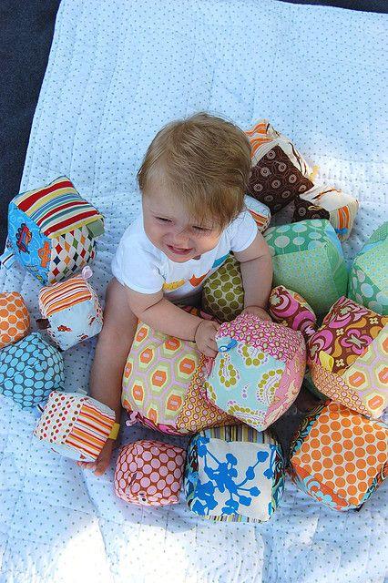 je maakt van allemaal restjes stof vierkante blokken. je steekt deze in een doos en zet de baby erbij. je kijkt wat de baby ermee gaat doen. gaat hij een toren bouwen of gaat hij het allemaal uit de doos halen of de blokken weggooien , ....