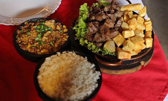 feijao-tropeiro-e-carne-de-sol-com-mandioca-no-restaurante-panela-de-pedra-na-serra-do-cipo-municipio-de-santana-do-riacho-mg
