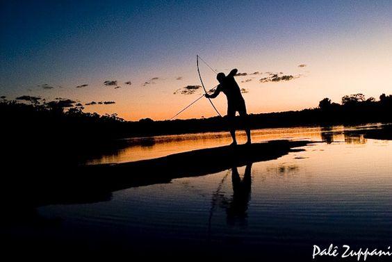 índio Kalapalo pescando no rio coluene