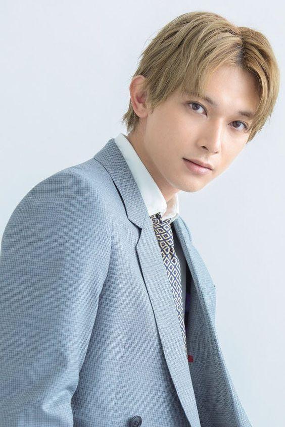 お洒落なスーツを着た吉沢亮の高画質画像