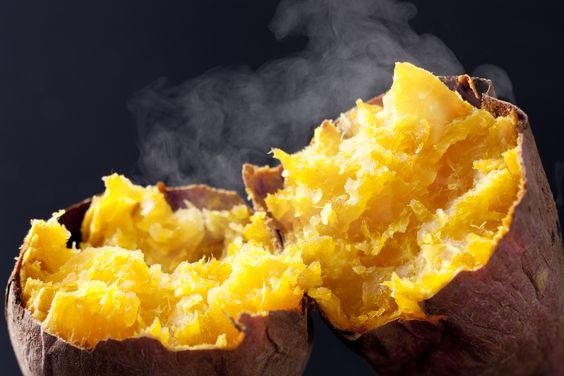 焼き芋を半分に割るときは手で割ることがおススメです。