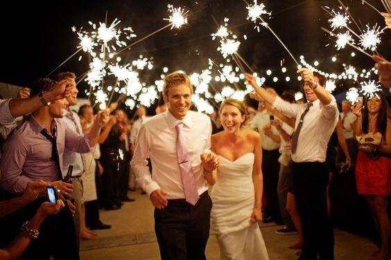 Saida de igreja com Sparklers Sensacional para casamentos noturnos, aliás, uma de minhas ideias favoritas! As fotos ficam lindas, tanto as coloridas quanto as em preto e branco.