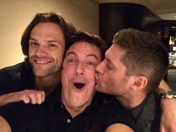John Barrowman in a Padackles sandwich... I'm not envious at all!!! #JensenAckles #JaredPadalecki #spn