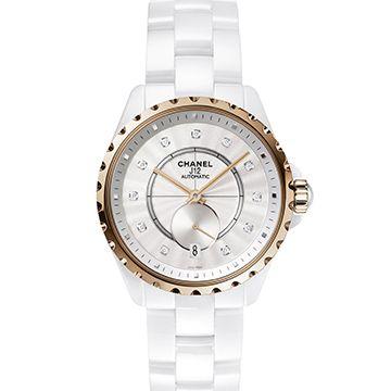ハイテクセラミック素材を腕時計の世界に本格導入し、その魅力と可能性を時計界に知らしめたシャネルの名ウォッチ「J12」。誕生から15年目となる2015年にも新作モデルが発表され、「J12」コレクションの歴史に新たな1ページが加えられた。 フェミニンに、クールに、そして都会的に。山田優がモデルとなり、シャネル「J12」の魅力に迫る。