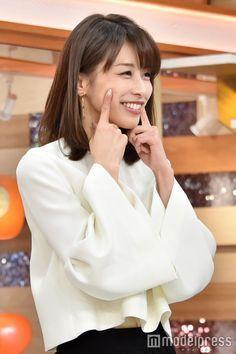 頬を指さす加藤綾子