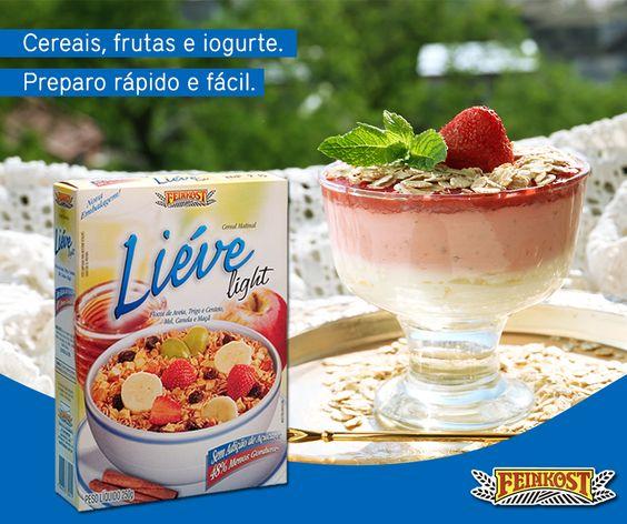 Vai receber amigos para um almoço ou jantarzinho e não quer exagerar nas calorias da sobremesa? Segue a nossa dica! Comece com uma camada de iogurte no fundo, depois coloque um creminho de morango batido com iogurte e, por cima, morangos macerados. Para finalizar, salpique Liéve Light e pronto! Sobremesa rápida, saudável e linda! #Feinkost #Sobremesa #granolaemorango #granola