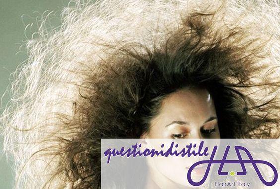 In queste settimane stai affrontando uno dei nemici più crudeli per ogni donna: l'EFFETTO CRESPO! Ecco alcuni consigli in diretta dalle #questionidistile: - non sfregare i capelli bagnati con l'asciugamano, tamponali - applica il balsamo o un prodotto specifico anti crespo - asciugali con il phon direzionale, che non disperde il calore - per ultimare lo styling usa la piastra giusta ;) #questionidistile #hairartitaly