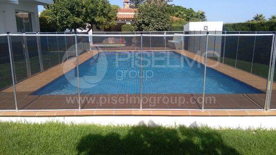 Detalle de piscina reformada y valla de seguridad totalmente terminada.
