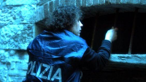 La vittima, probabilmente un giovane romeno, è stato ucciso, forse al culmine di una lite, con una coltellata al torace in unappartamento diSan Donà di Piave, nel Veneziano, che il ragazzo condividevacon altre persone provenienti dall'Est Europa. http://tuttacronaca.wordpress.com/2013/08/29/assassinio-a-venezia-fermato-un-romeno/