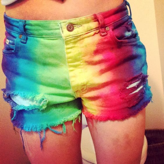 dyes jean shorts and tie dye on