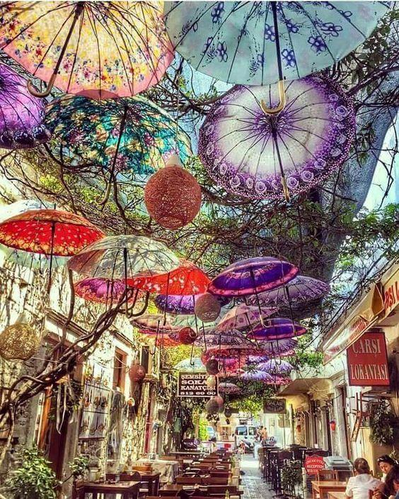 Rua na Turquia decorada com guarda-chuvas!