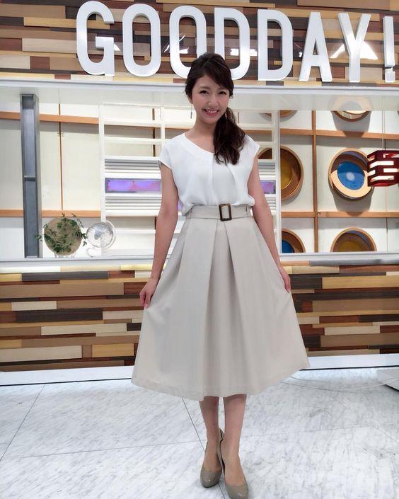 グッディ!のスタジオでホワイトの衣装を披露している三田友梨佳アナの画像