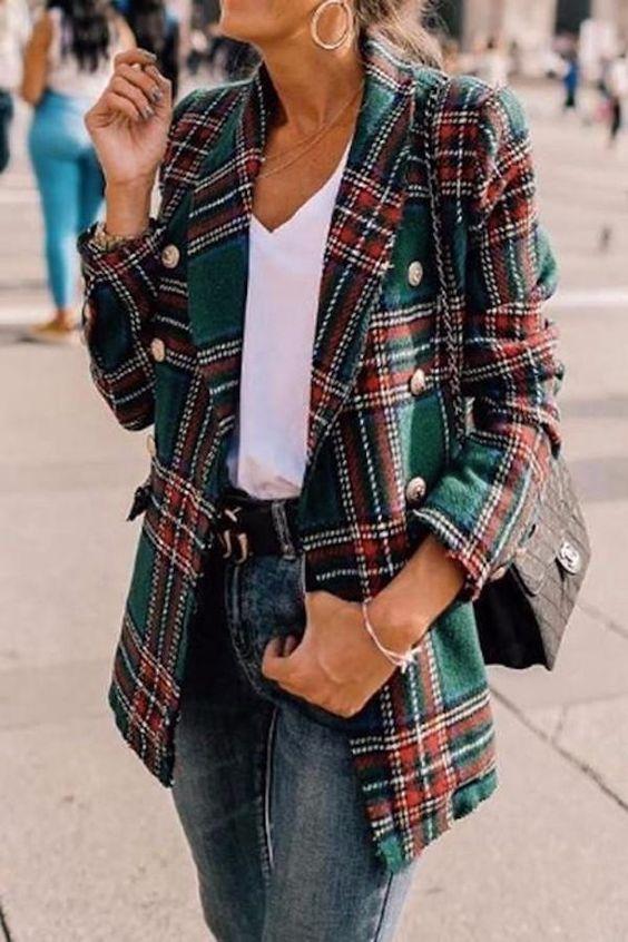 | Look para Outono - Inverno - Blazer xadrez + T-shirt branca + Calça jeans cintura alta + Ankle boot |