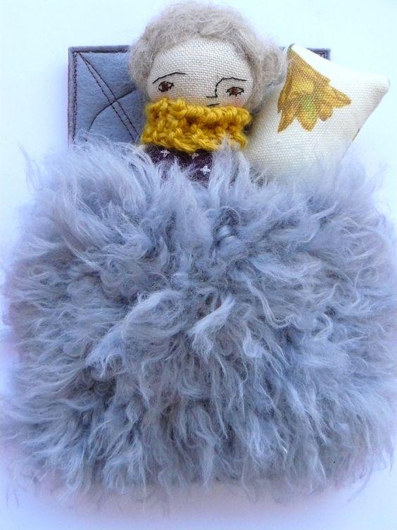 Muñeca pequeña con colchón, colcha tejida a mano y almohada. Bordada y cosida a mano. de AntonAntonThings en Etsy