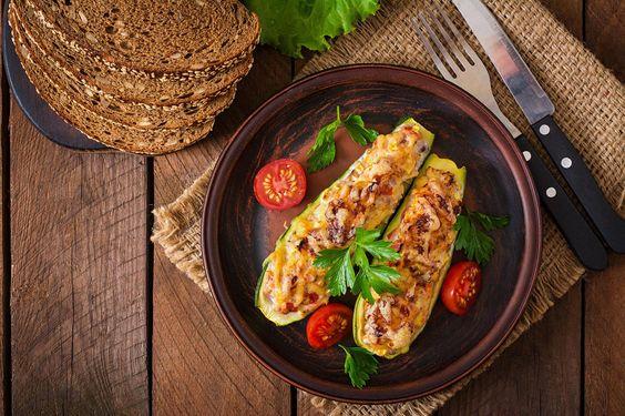 Découvrez une recette facile de zucchinis farcis végétariens, avec du riz et des noix. Essayez-la!
