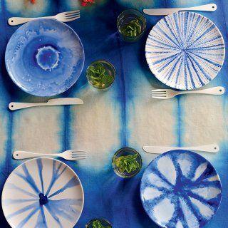 Des assiettes peintes en bleu façon tie and dye - Marie Claire Idées