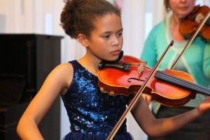 Amy Sambou verzorgt samen met haar lerares Maryna Mikhailava de prachtige vioolmuziek