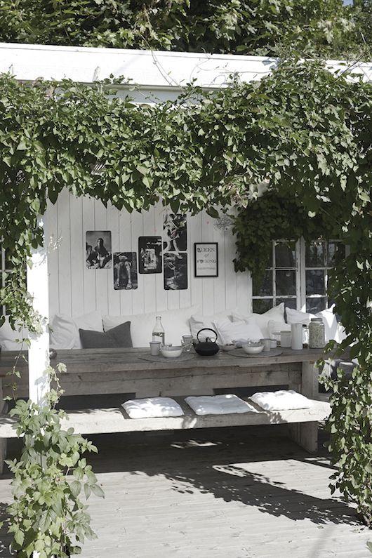 regardsetmaisons: Du bois brut et des plantes sous la pergola