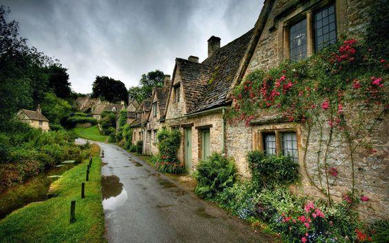 BIBURY Bibury, situado en Gloucestershire, Inglaterra, es un pintoresco pueblo de Cotswold con casas de color miel. Gracias a su ubicación junto al río Coln, a menudo se considera uno de los destinos más pintorescos en los Cotswolds.:
