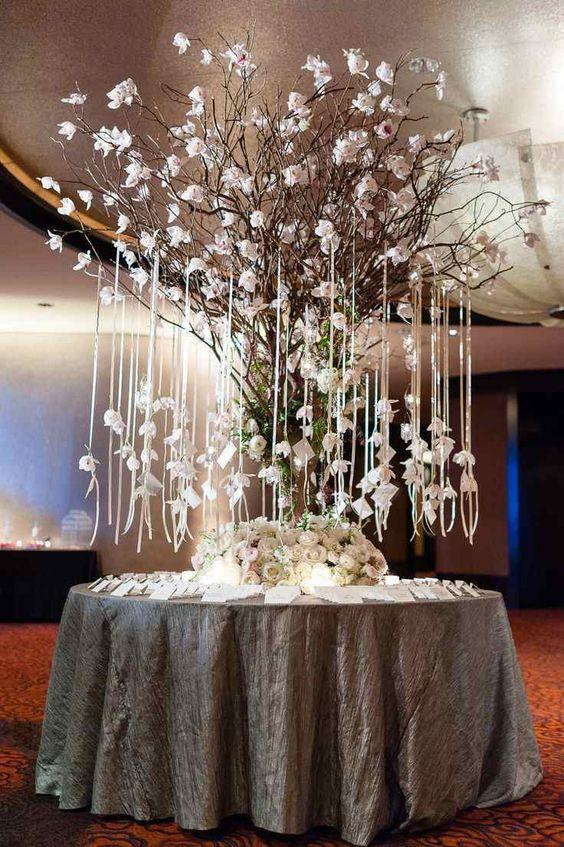 table de mariage ronde avec un centre de roses blanches et arbre magnolia