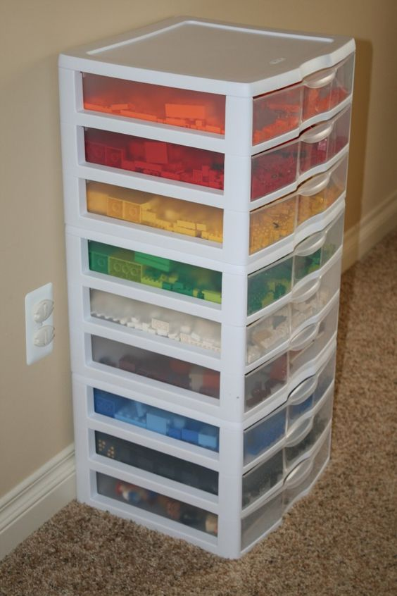 Verschillende kleuren LEGO sorteren in deze opbergboxen