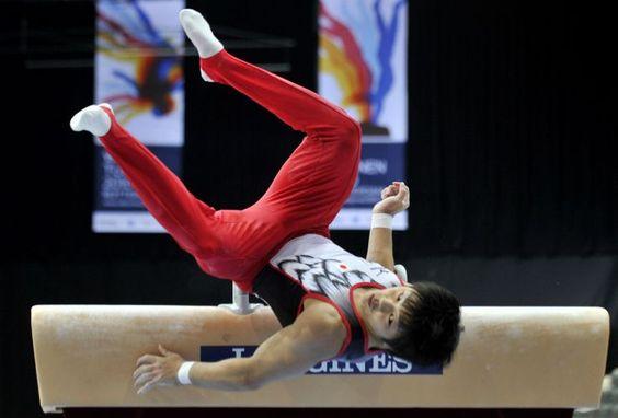 Japonês Koji Yamamuro se desequilibra e cai no chão durante sua série no cavalo com alças durante as eliminatórias do Mundial de Ginástica http://uol.com/blcy4q