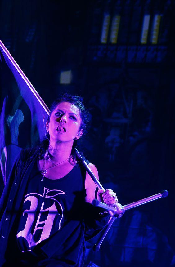 ステージでマイクスタンドを担いでいるL'Arc〜en〜Ciel・hydeの画像