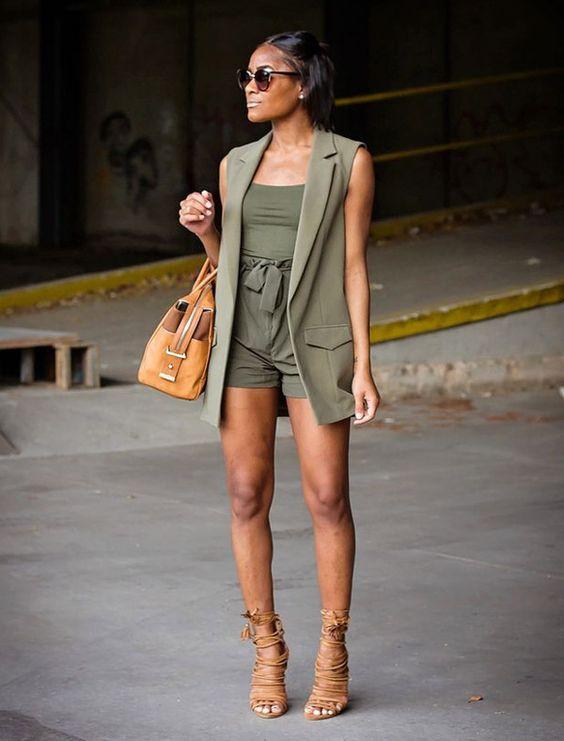 Street style de look monocromático verde militar.