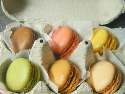 Macarons dans une boite à oeufs Macarons gift in egg box