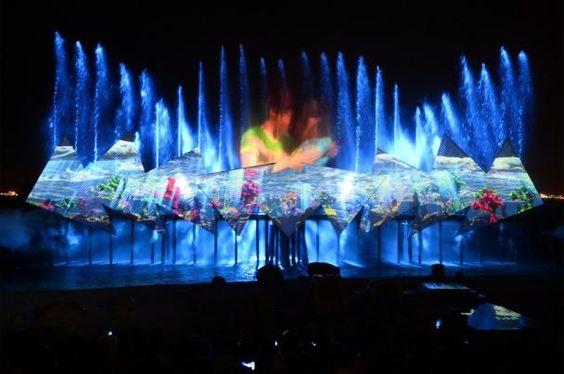 Wings of the Time là buổi biểu diễn rực rỡ trên bờ biển Siloso.