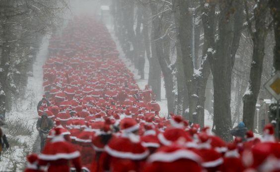 La corsa dei Babbi Natale a Berlino.   (Reuters/Wolfgang Rattay)
