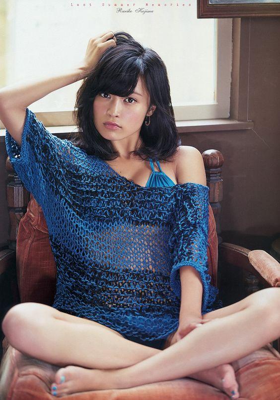 ベッドに座るかわいい小島瑠璃子