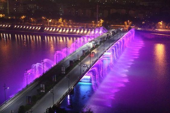C'est à l'occasion des fêtes d'automne que le principal pont de la ville de Mianvang (Chine), située sur l'île de Taohua (Province du Sichuan), vient de se parer de fontaines musicales lumineuses. Ces dernières sont équipées de puissants projecteurs Led RVB étanches.