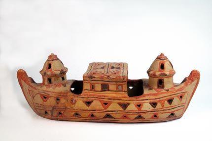 Mijmar, wierookbrander, in de vorm van een boot, met geschilderde versieringen, Salalah, regio Dhofar, begin/midden 20ste eeuw. De Nieuwe Kerk, Amsterdam, Holland