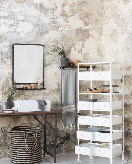 Schaffe daheim Ordnung im Wäschechaos mit dem natürlich-schönen Jute-Wäschekorb von Ib Laursen. Lässt sich dank Henkel ganz einfach von einem Chaos zum anderen tragen und hilft  somit nach und nach alles zu beseitigen.