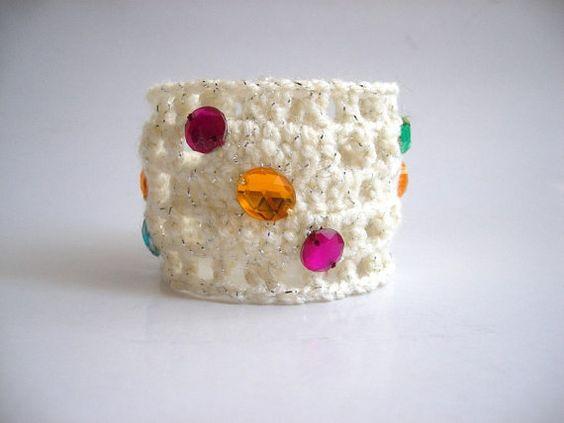 VENTE de liquidation a été 20 $ maintenant 15 $ Cette manchette bracelet funky est tricotés avec du fil de coton-acrylique sarkling à la main. Jai il