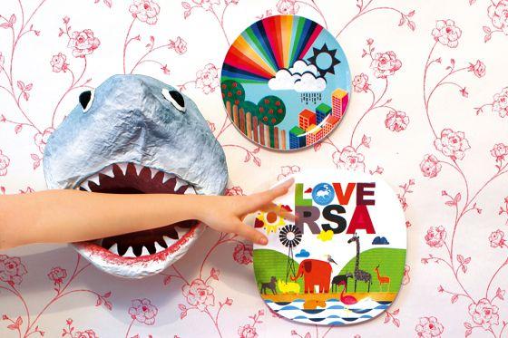 Vorsicht, bissig! Für Kinderzimmer-Wände haben wir eine verrückte Bastelidee: einen Hai-Kopf aus Pappmachee. Wie das geht? Hier gibt's die Anleitung.