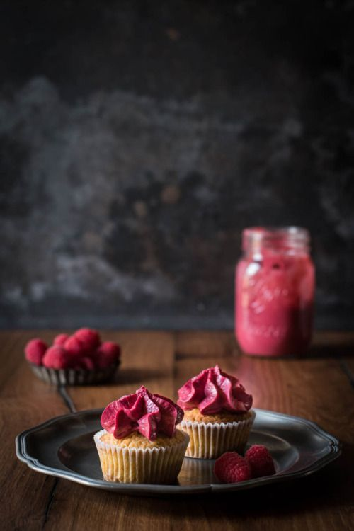 Clutter Chaos Via Himbeer Cupcakes Mit Cremiger Fullung Cupcake Recipes Sweet Cakes Food