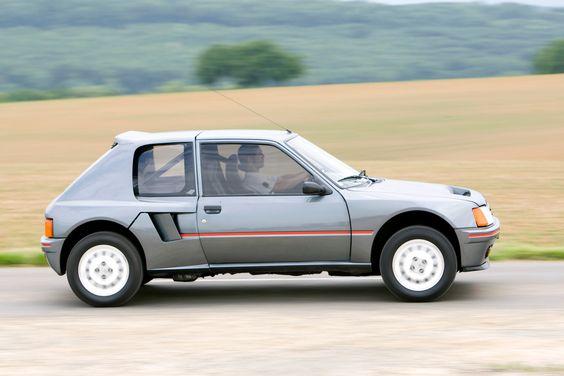 """La T16 """"série 200"""" ressemble à une 205 normale... mais à 4 roues motrices et moteur arrière !"""