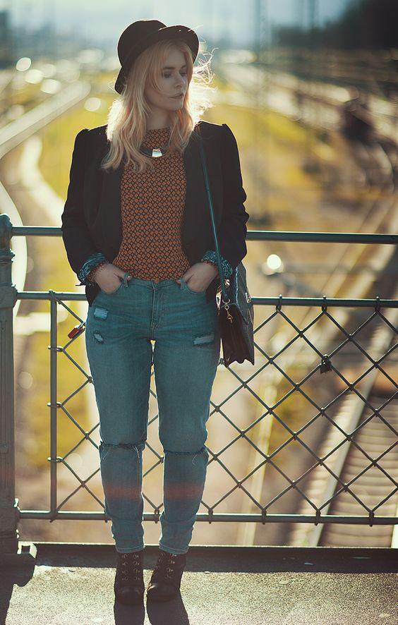 Fashion Bloggerin Christina Key trägt minimalistischen Schmuck und eine edle Bluse in orange