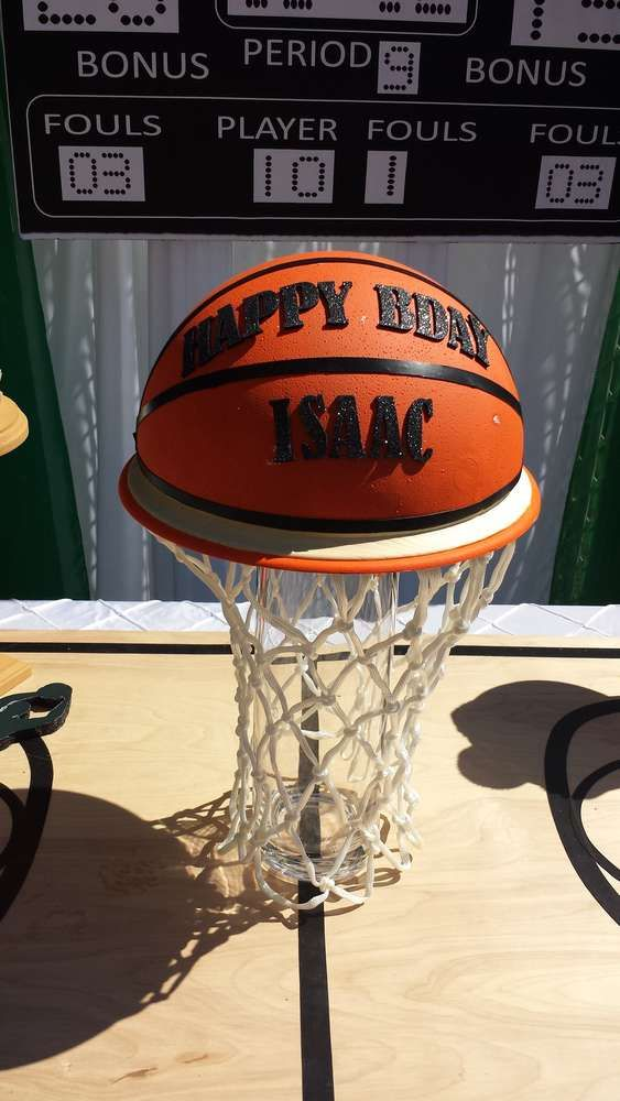 Boston Celtics basketball birthday party cake! See more party planning ideas at CatchMyParty.com!                                                                                                                                                      Más: