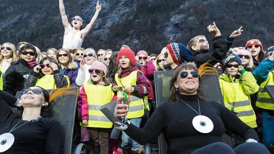Habitantes de Rjukan, un poblado de Noruega, celebran que por primera vez reciben el reflejo del Sol en invierno
