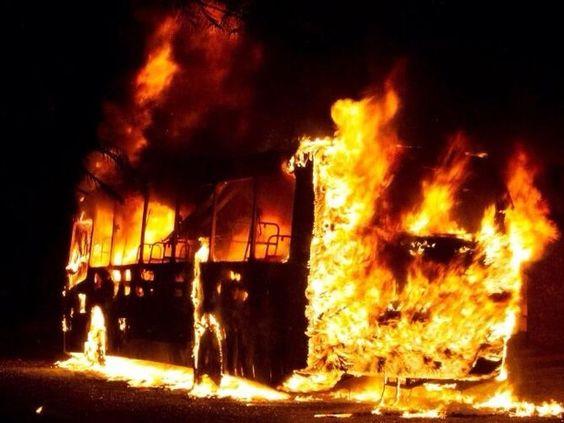 Cazuza: Grupo encapuzado e armado coloca fogo em ônibus em...