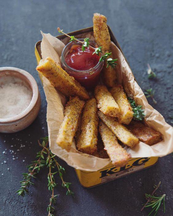 A table ! Les frites de polenta sont servies... Recette à shootée pour @labonnebox de mars. (En vrai de vrai il est 13h27 je n'ai rien de prêt pour midi et zéro envie de faire à manger #freelance #lenversdudecor)