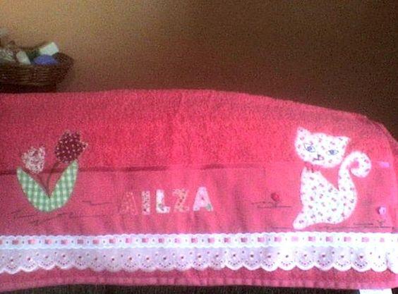 - Tipo de artesanato: - Contemporâneo - Material: Toalha de banho; linha de bordar; tecido de algodão; bordado ingles; passafitas; fita de cetim - Técnica: bordado aplique, costura R$50,00