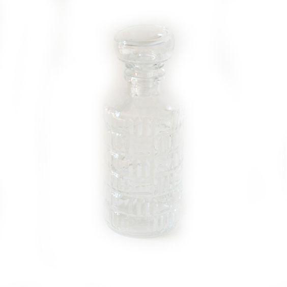 <p>Petite carafe vintage en verre transparent avec motif diamant losange sur la surface, bouchon en verre, marqué Lever, état d'usage. Pour apporter une touche délicatement vintage à votre déco ou pour servir un digestif ! On aime son format et le motif géométrique en relief.</p>